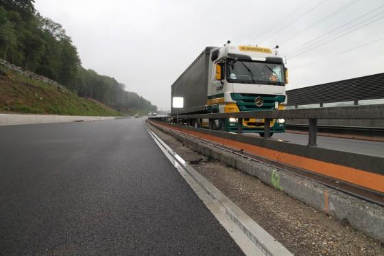 Nach Bauphase 1 Deckbelag einseitig fertiggestellt, vor Verkehrsumlegung Bauphase 2