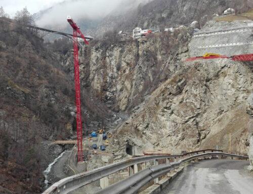 Der höchste Kran im Oberwallis für die Chinegga-Brücke
